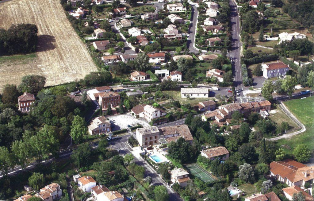 Vue du centre-bourg en 2007. On voit la mairie et sa place au centre de l'image