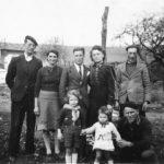 Familles Bousquet et Alasia en 1942 . au fond, la ferme de Tomberoussy
