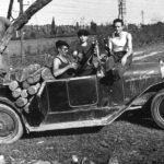 Les garçons approvisionnent le bois pour l'alambic avec la B2 Citroen
